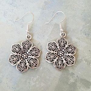 Jewelry - Detailed flower earrings